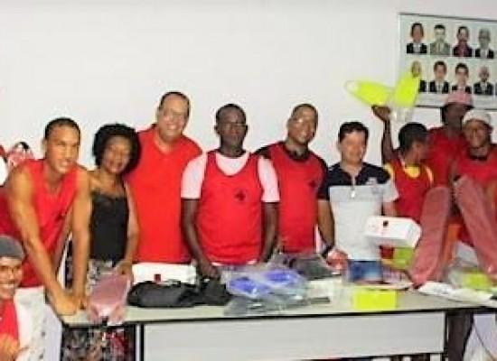 Salva-vidas e equipe de limpeza de Itacaré recebem novo fardamento e equipamentos