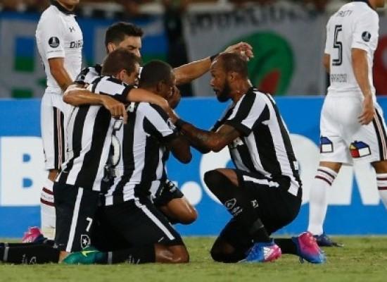 Botafogo sofre no fim, mas vence Colo-Colo na volta à Libertadores