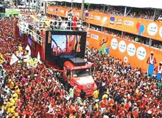 Marcas de cerveja trocam camarotes pelas ruas no Carnaval 2017