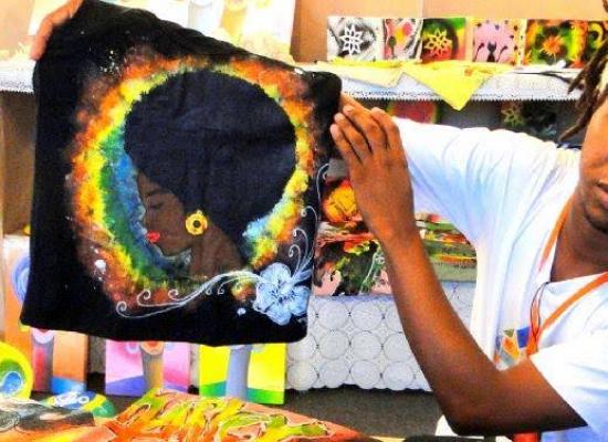 Projeto Otambí promove oficinas gratuitas de pintura em camisas e grafite