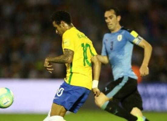 Paulinho faz três, Brasil goleia Uruguai e está com um pé na Copa da Rússia