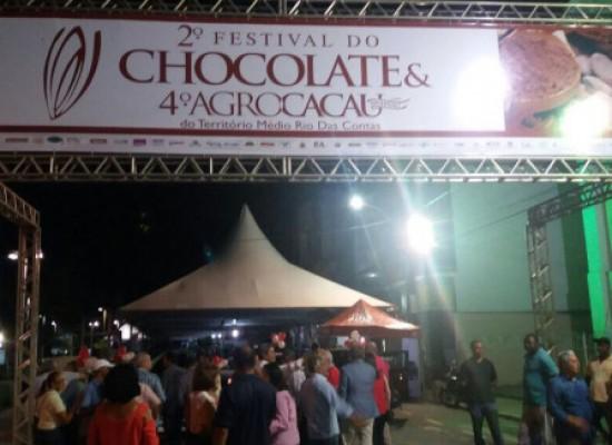 Chocolates produzidos por pequenos agricultores são expostos em festival na cidade de Ipiaú
