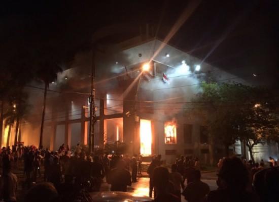 Congresso do Paraguai é incendiado após aprovação de reeleição