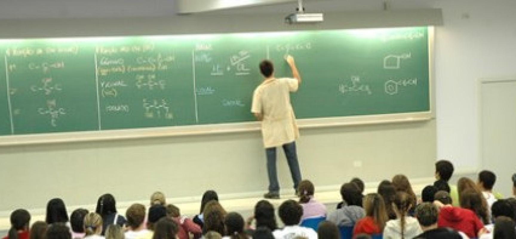 Estado concede estímulo à permanência de professores em atividade de classe