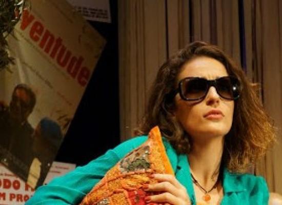 Comédia Rita, de Domingos Oliveira, com a atriz Priscila Steinman, estreia turnê em Ilhéus