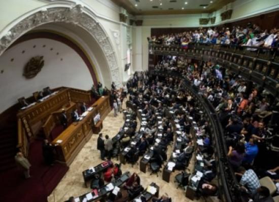 Parlamento da Venezuela cria comissão especial e decide continuar em atividade