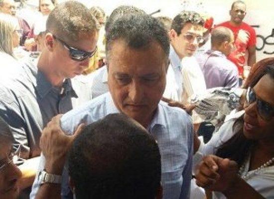 Servidores do Hospital Regional de Ilhéus entregam documento ao governador Rui Costa
