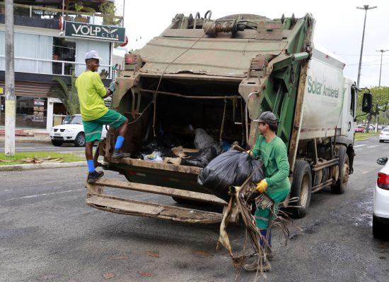 Olivença terá horário de coleta de lixo alterado; no  Réveillon, serviço especial atenderá praias e centro