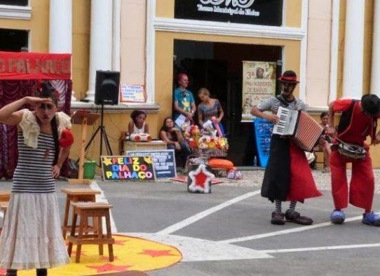 Companhia Circo da Lua realiza em Ilhéus apresentações em frente ao Teatro Municipal