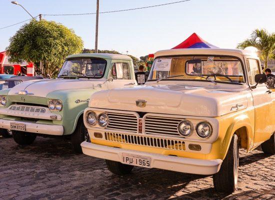 Encontro de carros antigos e motos de Ilhéus leva grande público à avenida