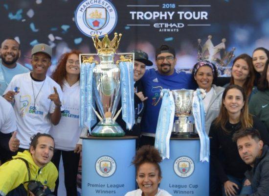 Fundação Gol de Letra recebe turnê mundial de troféus do Manchester City