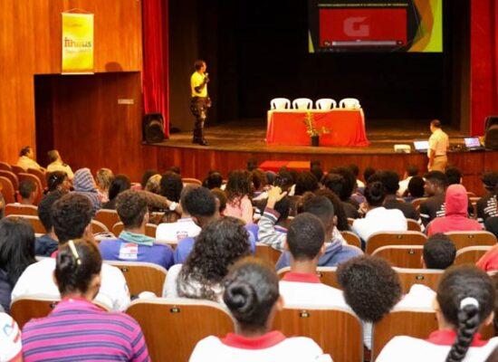 Shows e debates sobre políticas públicas para   comunidades da periferia no Teatro Municipal de Ilhéus