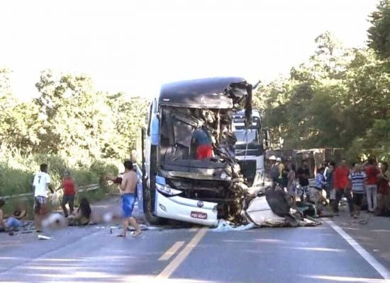 Colisão de carreta com ônibus do sub-15 do Bahia deixa 2 mortos