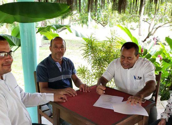 Prefeito de Itacaré assina acordo com sindicato para pagamento dos servidores
