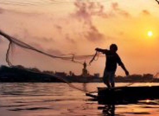 Pescador afetado por vazamento terá parcela extra do seguro-defeso