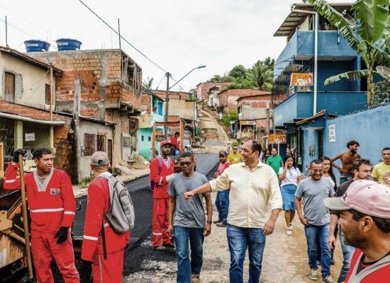 Prefeito de Ilhéus vistoria obras de asfaltamento no Nossa Senhora da Vitória