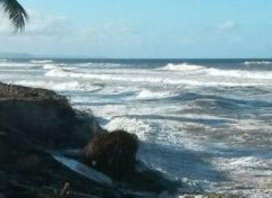 Prefeitura monta força-tarefa para conter avanço do mar na zona norte de Ilhéus