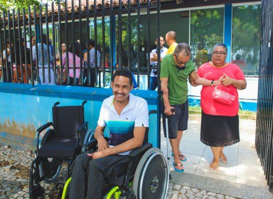 NAE entrega cadeiras de rodas para os usuários em Ilhéus