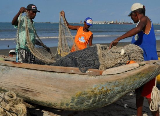 Pescadores discutem o problema trazido pelo óleo e Governo Federal garante seguro