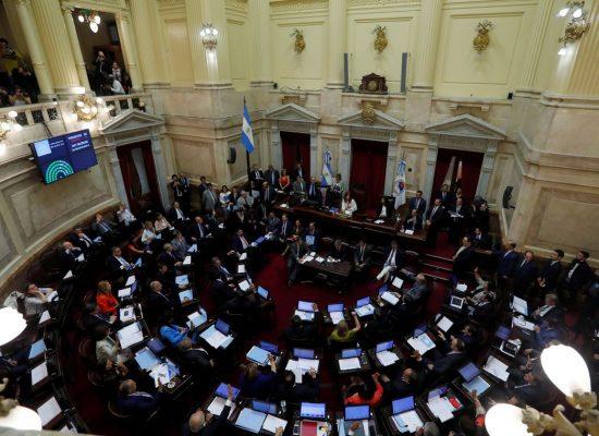 Senado argentino aprova lei de emergência econômica