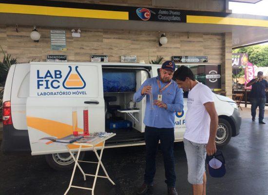 Pela primeira vez, laboratório móvel da Royal FIC visita postos de combustíveis de Itacaré e Maraú