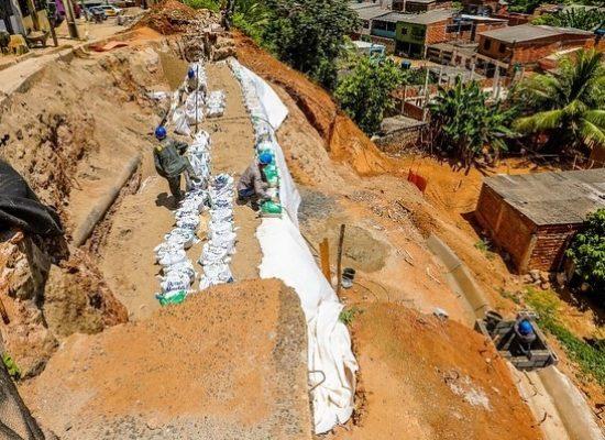 César Porto comemora construção de contenção na Avenida Palmares