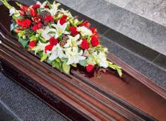Prefeito finge estar morto em caixão para evitar ser preso