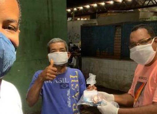 Prefeitura de Ilhéus entrega kits de higiene para pessoas em situação de rua