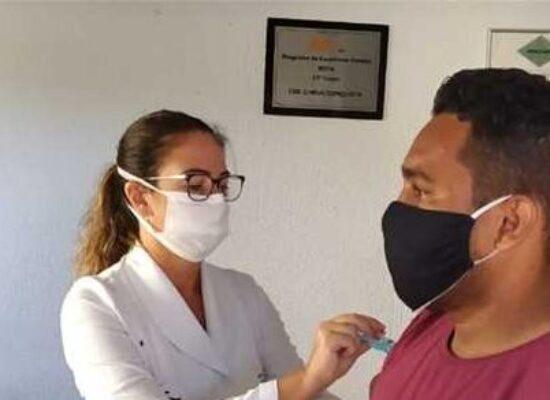 Profissionais da saúde recebem 2ª dose da vacina contra a Covid-19 em Ilhéus