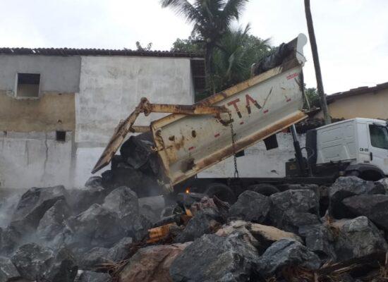 Para controlar avanço do mar, Prefeitura de Ilhéus lança mais pedras nas áreas afetadas