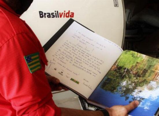 Fotógrafo baiano resgatado após queda de avião envia livro de agradecimento a equipe médica de Goiânia