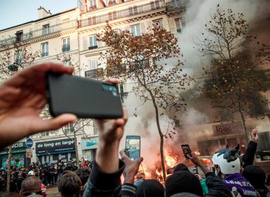 França vai reformular lei que limita divulgação de imagens de policiais