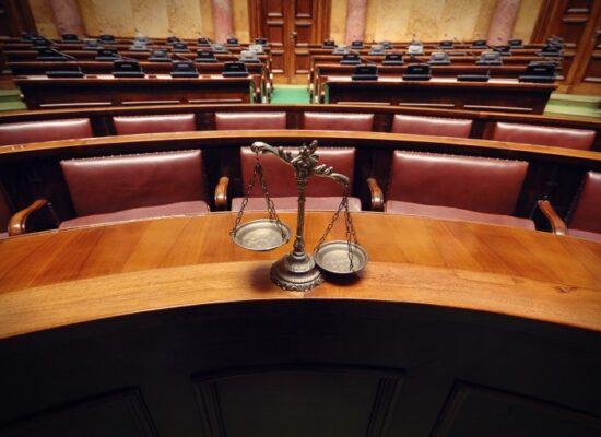 Projeto pune omissão de juiz, promotor e defensor diante de ato abusivo contra mulher em audiência