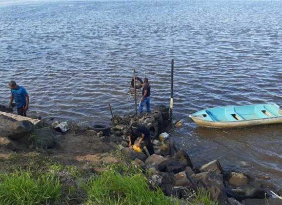 Prefeitura de Ilhéus remove entulhos da Baía do Pontal; infrator será autuado