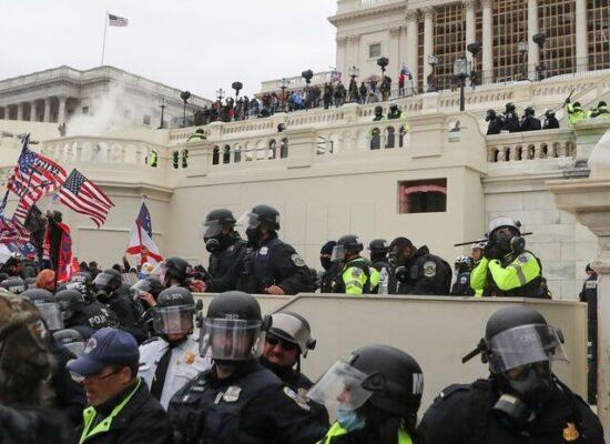 Protesto interrompe sessão do Congresso dos EUA para validar eleição