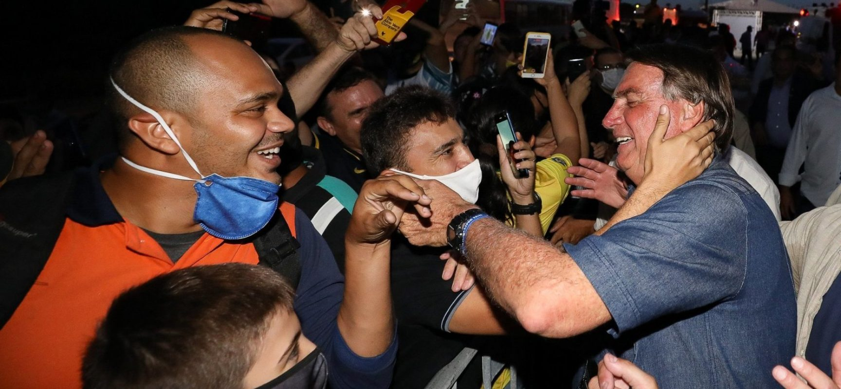 Em meio ao avanço da pandemia, Bolsonaro e filhos voltam a criticar medidas de isolamento