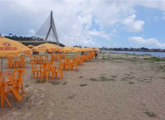 Prefeitura reordena barracas na Praia do Cristo; medida visa conter disseminação da Covid-19