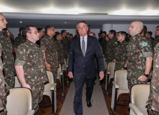 Bolsonaro diz que Forças Armadas podem 'ir para a rua' se restrições causarem 'caos'