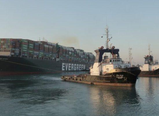 Navio desencalha e volta a navegar após seis dias no Canal de Suez