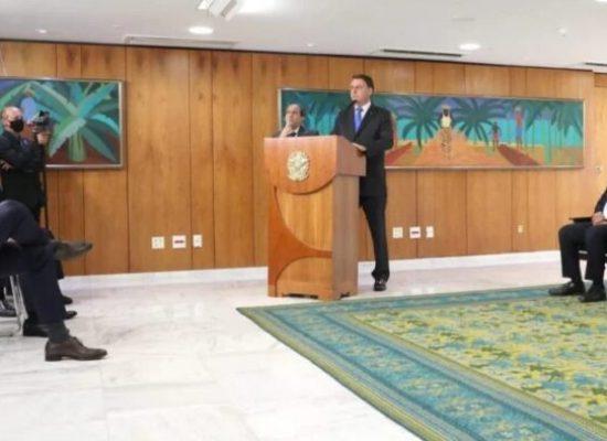 Bolsonaro dá posse a seis ministros em cerimônia restrita no Planalto