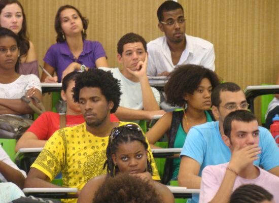 Comissão aprova projeto que estimula estágio de jovens carentes em órgãos públicos