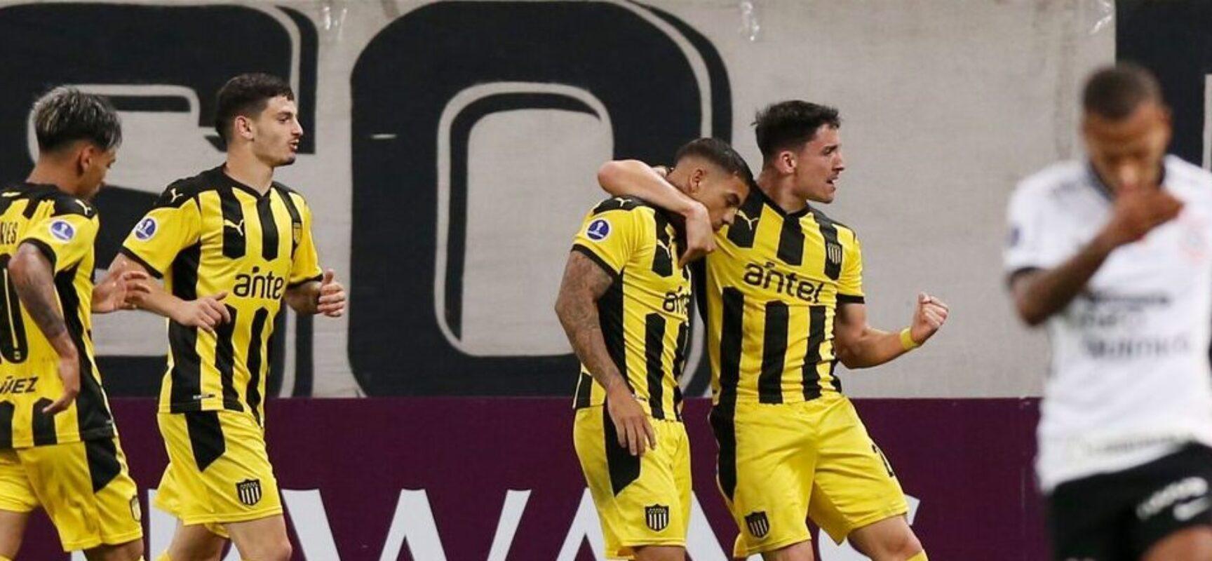 Corinthians perde para Peñarol e se complica na Sul-Americana
