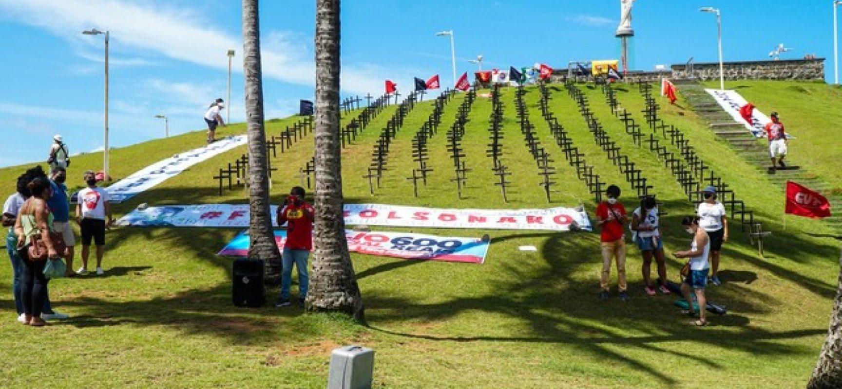 Manifestantes fincam cruzes no Cristo da Barra em homenagem às vítimas da Covid-19