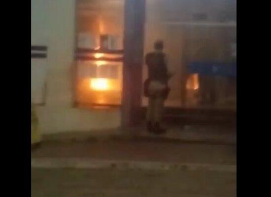 Homem é detido suspeito de incendiar agência bancária por estar passando fome