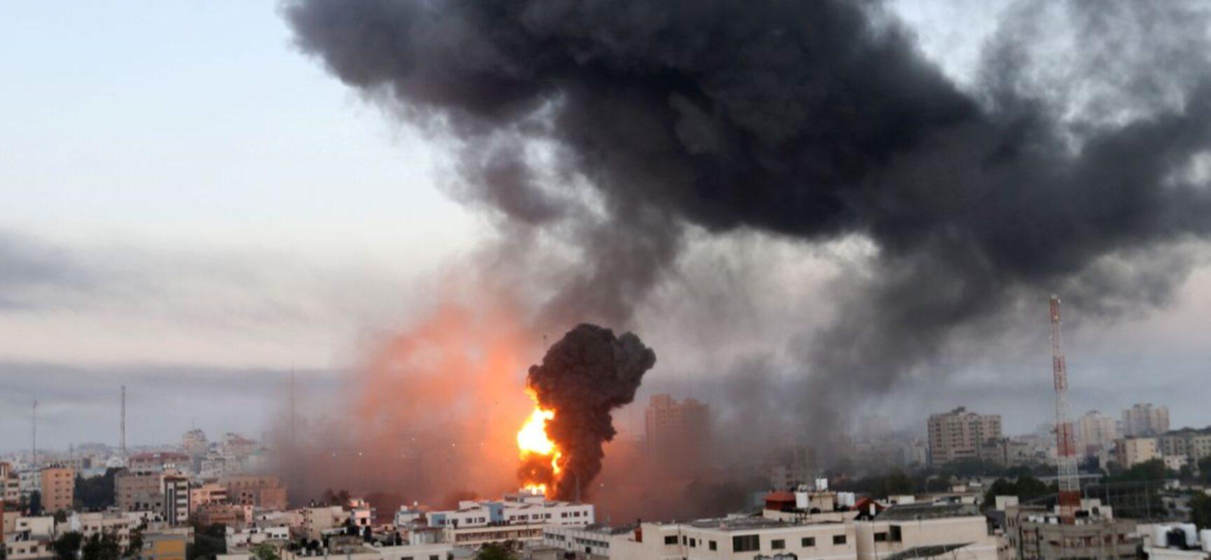 Israel destrói prédio em Gaza que abrigava escritórios de imprensa
