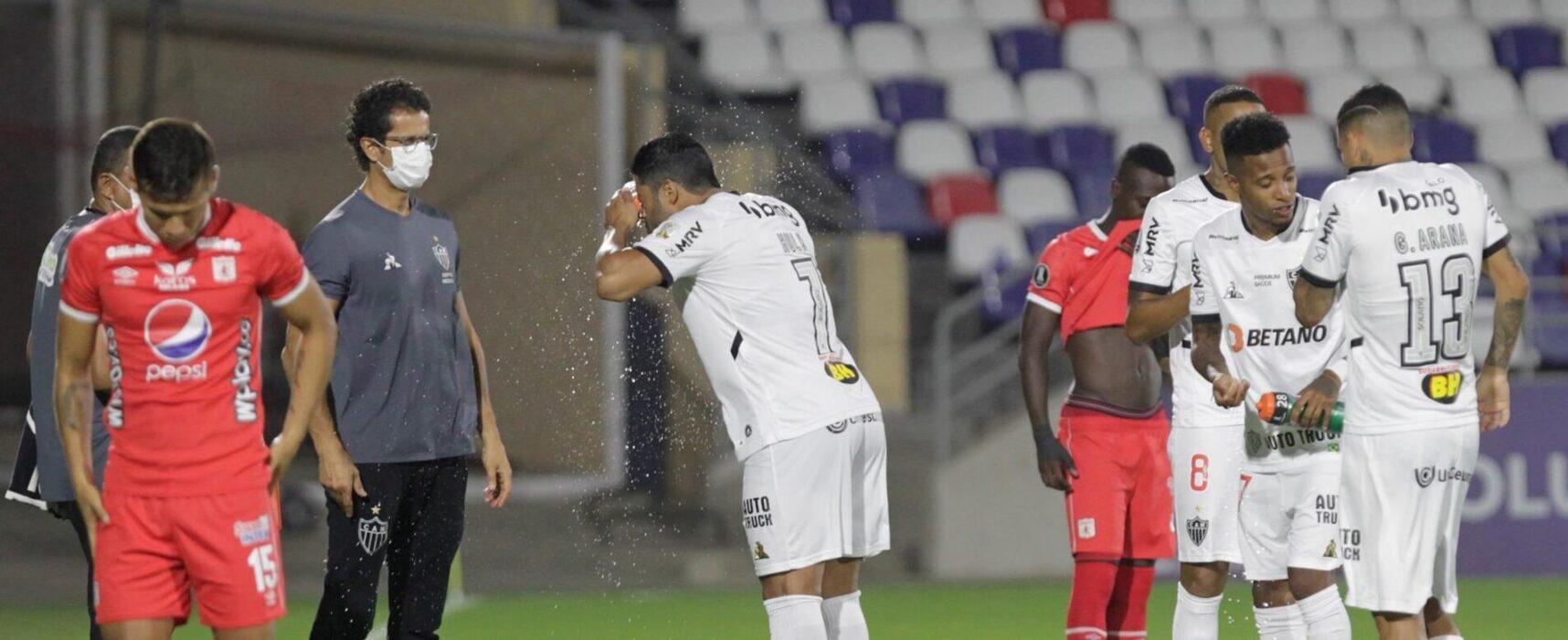 Jogo do Atlético-MG na Colômbia é paralisado por gás lacrimogênio de protestos