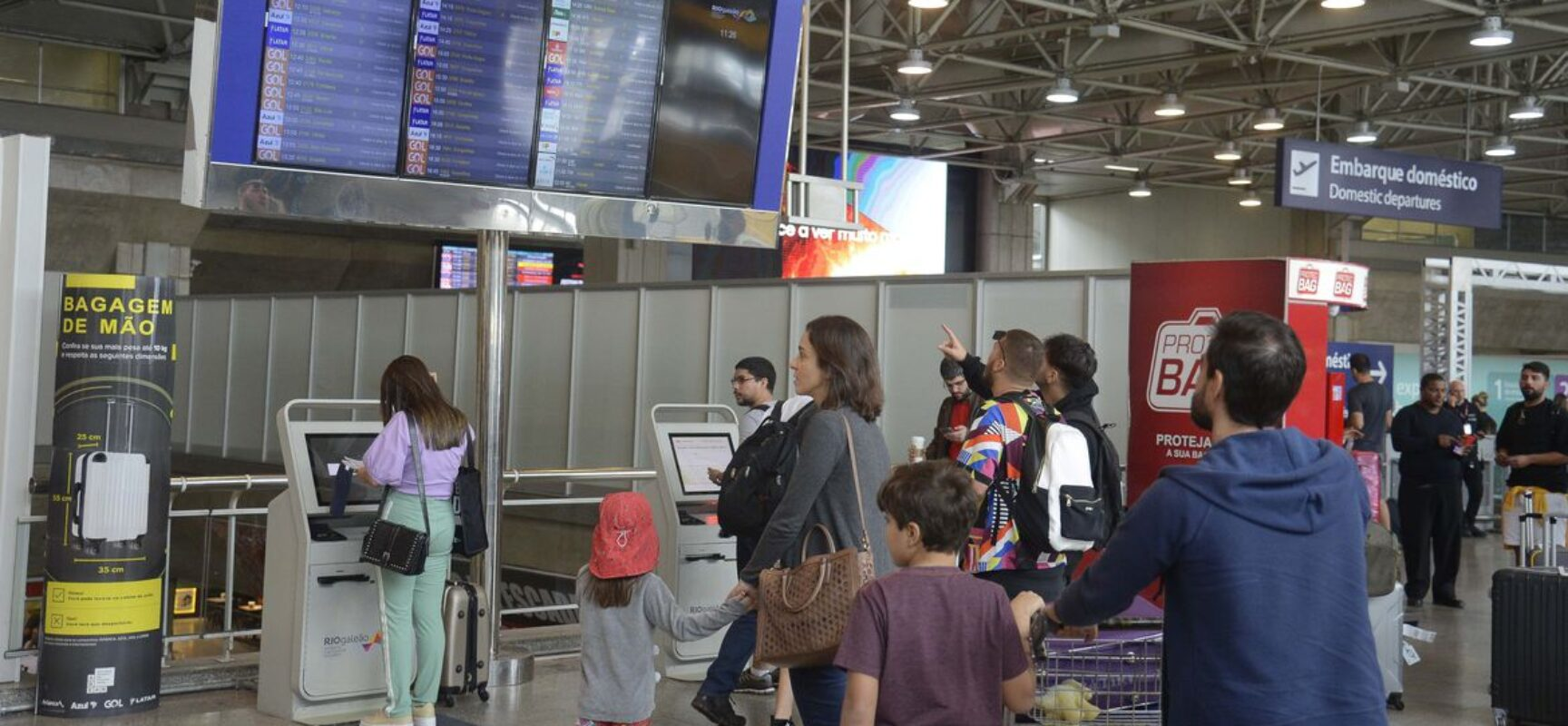 Juiz considera ilegal obrigação de isolamento de viajantes do Brasil