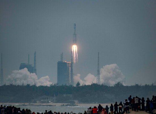 Parte de 20 toneladas de foguete chinês cairá na Terra até amanhã