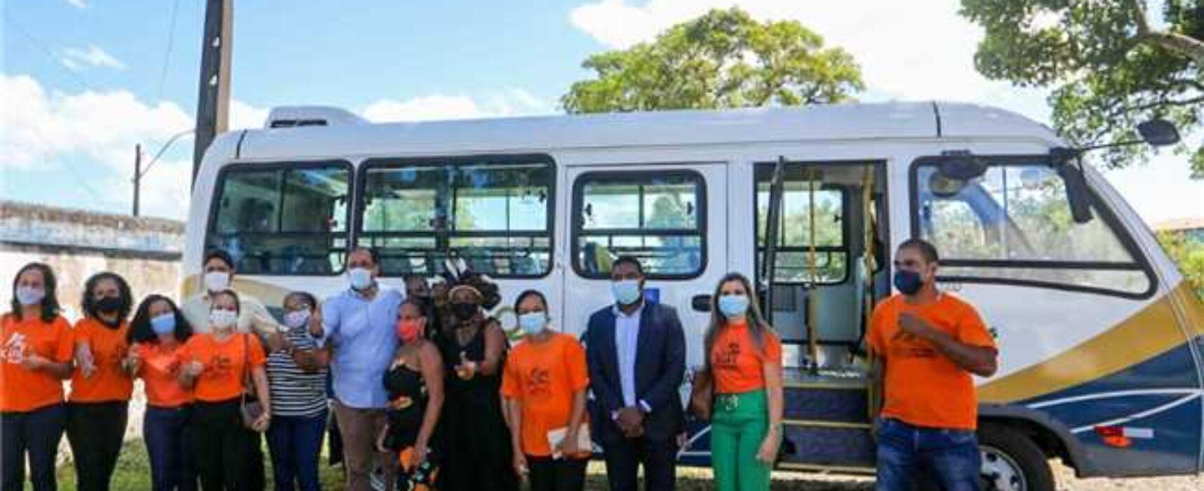 Prefeito Mário Alexandre entrega micro-ônibus à secretaria de Desenvolvimento Social