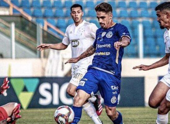 Série B: Cruzeiro tem dois expulsos e cai para o Confiança na estreia